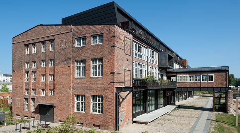 Auf der östlichen Seite konnte ursprünglich ein Verladezug das Werkstattgebäude unterqueren. Die Brückenbauten werden heute als Zugang zu Wohnungen und als Wintergarten genutzt. Foto: Udo Meinel