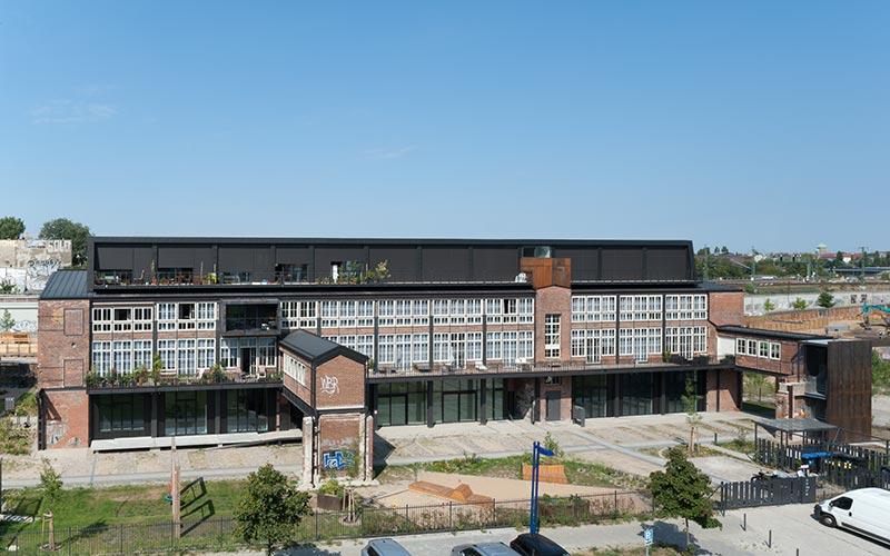 Als Kontrast und Überleitung in eine moderne Architektursprache wurde das Dach in rückwärtig um ein Geschoss in Holzkonstruktion mit einer Verkleidung aus Zinkblech aufgestockt. Foto: Udo Meinel