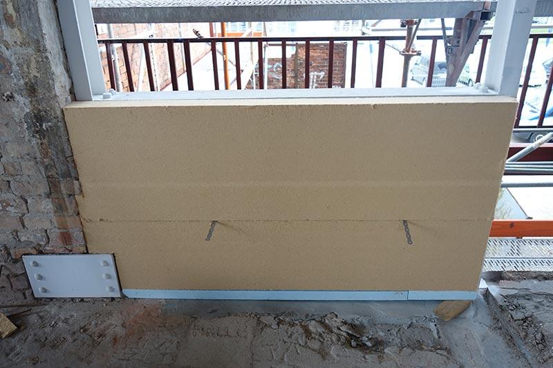Die Spuren der Industriearchitektur setzen sich auch im Inneren fort: Mauerwerk, Stahlträger und Sichtbeton prägen die Wohnräume. Foto: Udo Meinel