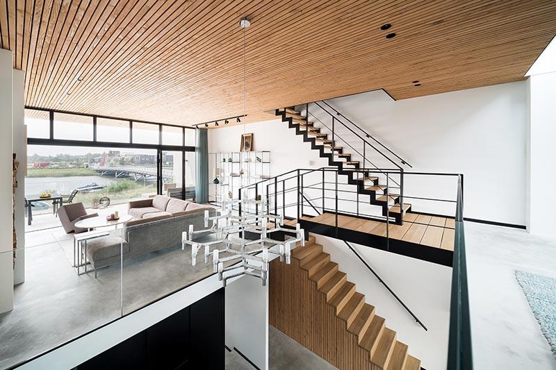 Geteilte Ebenen sorgen zusätzlich für Helligkeit und großzügige Räume. Das Wohnzimmer in der ersten Etage ist mit einem Balkon zur Süd- und Wasserseite bestückt. Bildnachweis: Solarlux GmbH