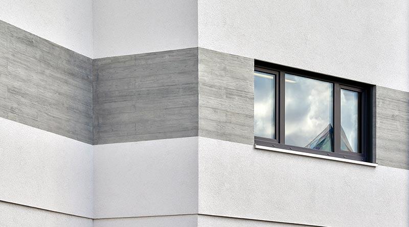 StoVeneer-Fassadenpaneele lassen sich auch mit Putzflächen kombinieren. Bild: Axel Stephan, Frankfurt