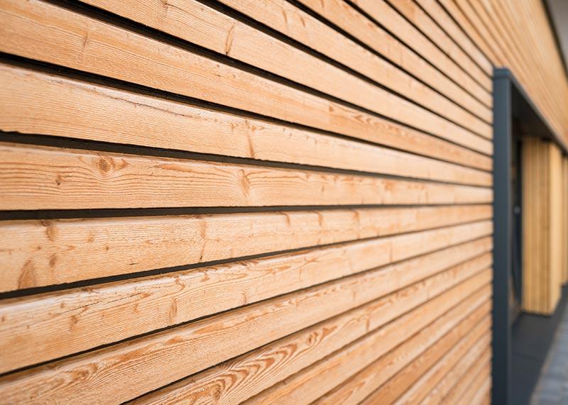Die Holzkuben sind mit einer Fassade aus Lärchenholz versehen. Bildnachweis: SWISS KRONO | Foto: Jan Meier