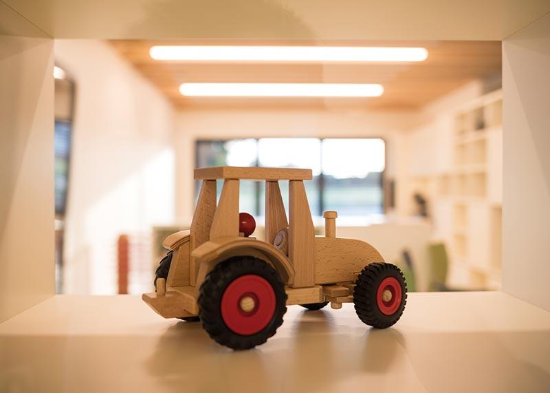 Gesunde Materialien wie Holz und natürliche, helle Farben bestimmen die Räume. Bildnachweis: SWISS KRONO | Foto: Jan Meier
