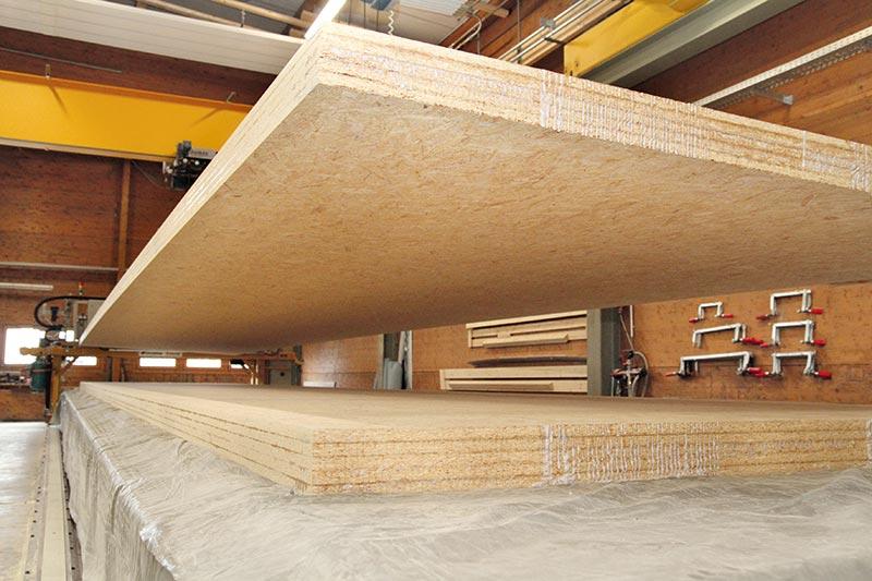 Vorfertigung der MAGNUMBOARD OSB-Elemente in der Werkhalle in Poppenhausen. Bildnachweis links: SWISS KRONO | Foto: Rosengrün