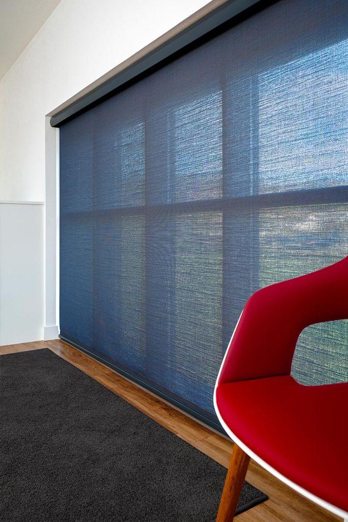 Soltis Touch ist für vielfältigste Anwendungen im innenliegenden Sonnenschutz geeignet wie Rollos, Jalousien, Flächenvorhänge und Sonnenschutz-Screens. Foto: Serge Ferrari/Clément Caudal
