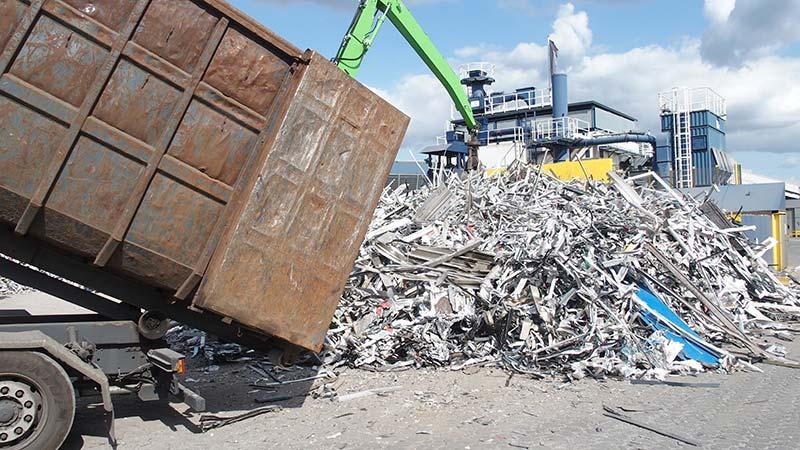 Von insgesamt etwa 95.000 Tonnen Aluminium-Altmaterial, die jährlich in Deutschland im Hochbaubereich anfallen, wurden im Jahr 2019 mindestens ein Drittel nach den Regeln des A|U|F im Rahmen eines geschlossenen und über-wachten Recyclingprozesses erneut zu Fenstern, Fassaden oder anderen Aluminium-Bauteilen verarbeitet. Foto: A|U|F