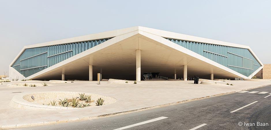 Die aufgestützten Gebäudeecken geben der Fassade die äußere Form eines Diamanten.