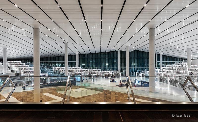 Glasfassaden versorgen den Raum mit diffusem, blendfreiem Tageslicht.