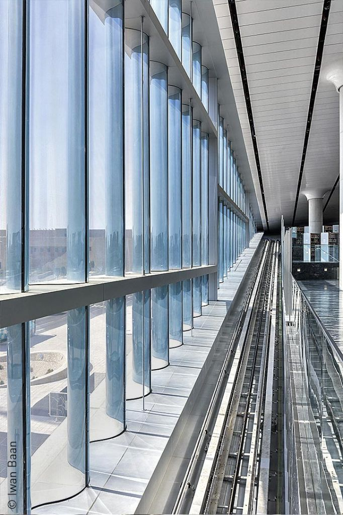 Bis zu 5,50 Meter hoch sind die übereinander angeordneten Glaselemente.