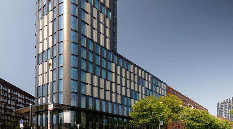 """Wesentlicher Teil des Energie- und Nachhaltigkeitskonzepts ist die """"lebendige"""" Fassade aus Glas und Aluminium. Quelle: HUECK"""