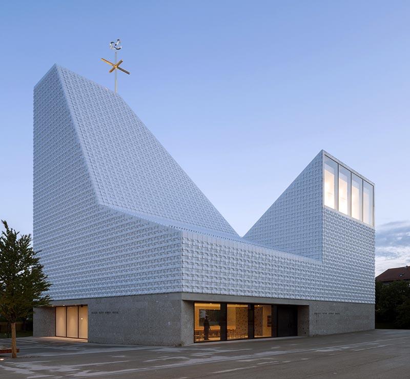 Die Kirche zeichnet sich besonders durch ihre skulpturale Form aus, die mit einer variierenden Dachlandschaft eine besondere Raumwirkung mit sich bringt. Foto: Florian Holzherr