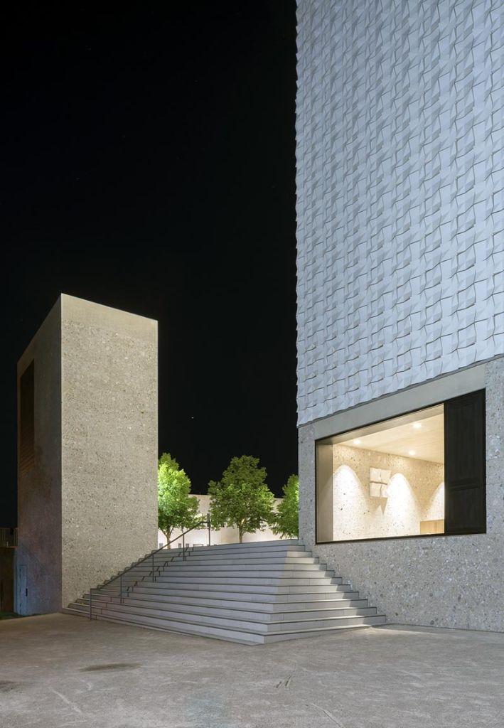 Die Fassade wurde im unteren Bereich mit Nagelfluh – einem Gestein aus der oberbayerischen Schotterebene – und im oberen Bereich mit Keramikkacheln verkleidet. Foto: Florian Holzherr