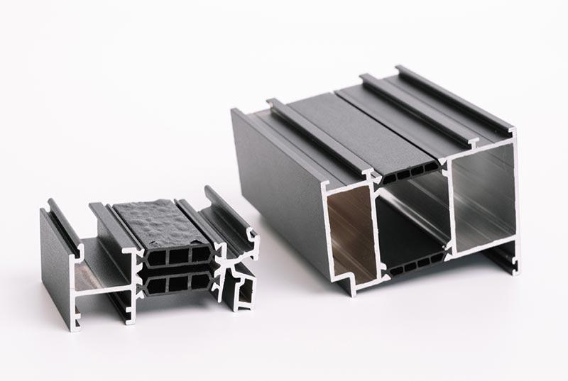 Vergleich der Pulverbeschichtbarkeit von einfachen Stegen mit PPE/PA- und PA66-Verbunden. Bildquelle: Fa. Joma-Polytec