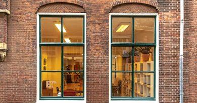 """Das Vakuumisolierglas """"Fineo"""" ist jetzt auch in deutschsprachigen Märkten verfügbar. Im Bild: Fineo, installiert in den historischen Fenstern einer Bibliothek im niederländischen Leyden. Foto: AGC Glass Europe"""