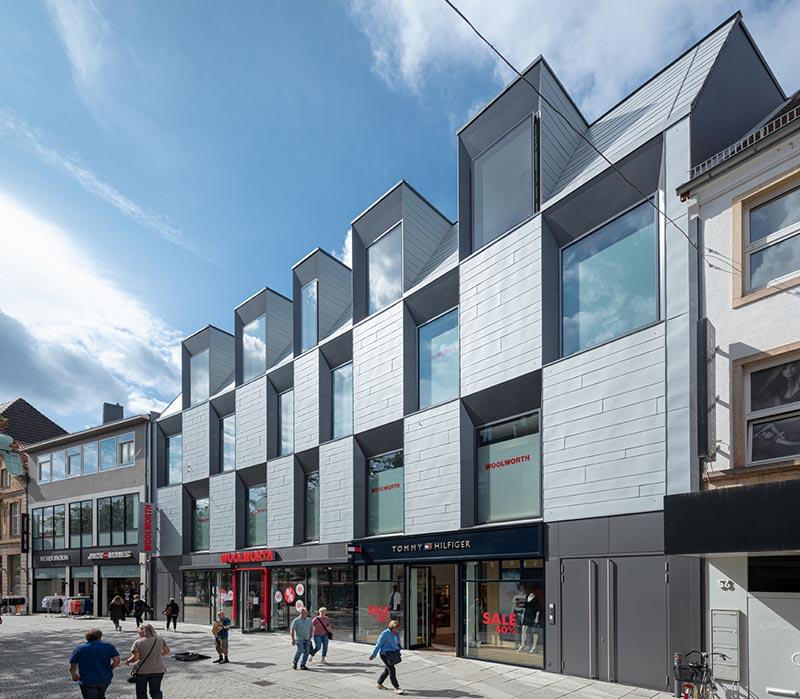 Paradedisziplin für VMZINC: Die Fassadengeometrie folgt dem gebogenen Straßenverlauf. Foto: Axel Hartmann Fotografie