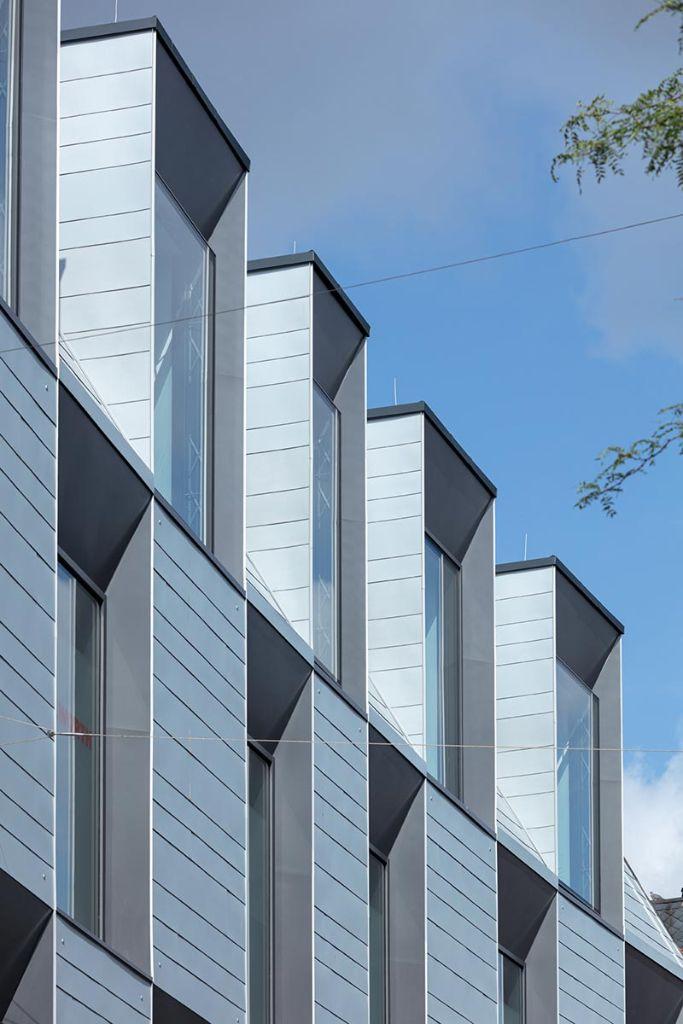 Ein Großteil der Fassadenelemente aus Zink kommt mit individuellen Anpassungen. Foto: Axel Hartmann Fotografie