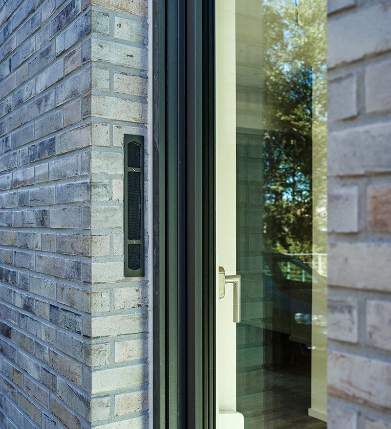 Warm, energieeffizient und gut durchlüftet: Zeitgemäße Lüftungssysteme integrieren sich dezent in die gedämmte Gebäudehülle. Foto: Saint-Gobain Weber/ LUNOS Lüftungstechnik GmbH