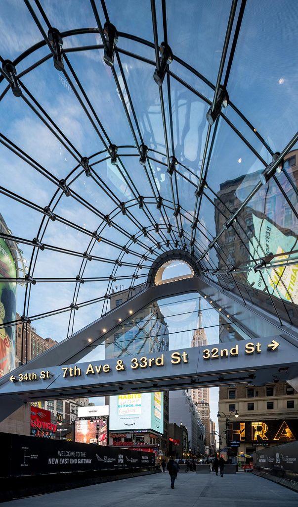 Das Glasdach aus doppelt gebogenen Gläsern eröffnet Reisenden einen Blick auf das Empire State Building. Bildrechte: Field Condition