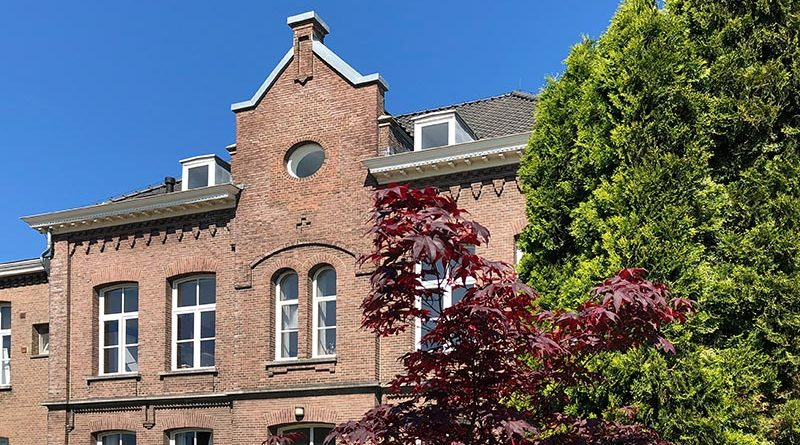 Fineo eignet sich für den Einsatz in historischen Gebäuden. Durch einen Glastausch können die originalen Profile und Rahmen erhalten bleiben, bei gleichzeitig optimierter Energiebilanz. Im Bild: Fineo in den historischen Fenstern des Klosters im niederländischen Beuningen. Foto: Fineoglass