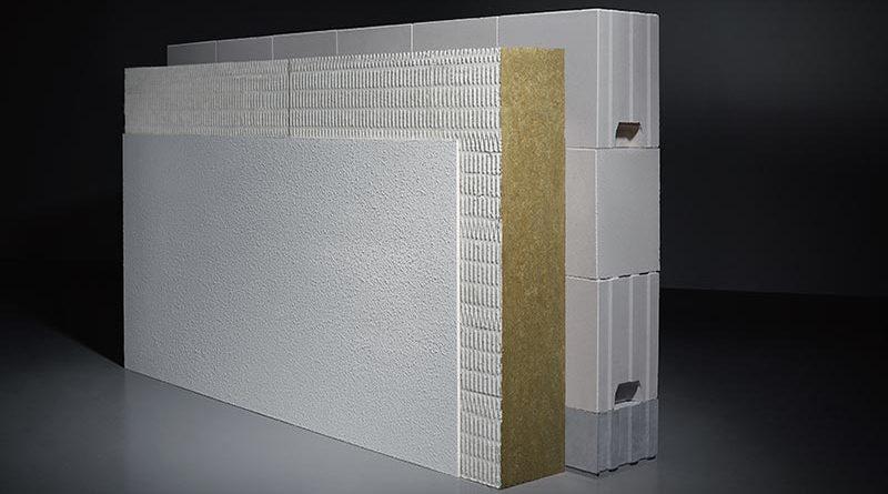 Die funktionsgetrennte KS-Bauweise am Beispiel eines einschaligen Mauerwerks mit einem WDVS. Die grauen KS-Wärmedämmsteine am Wandfußpunkt sorgen für die dauerhafte Minimierung von Wärmebrücken. Bild: Thomas Popinger | KS-ORIGINAL