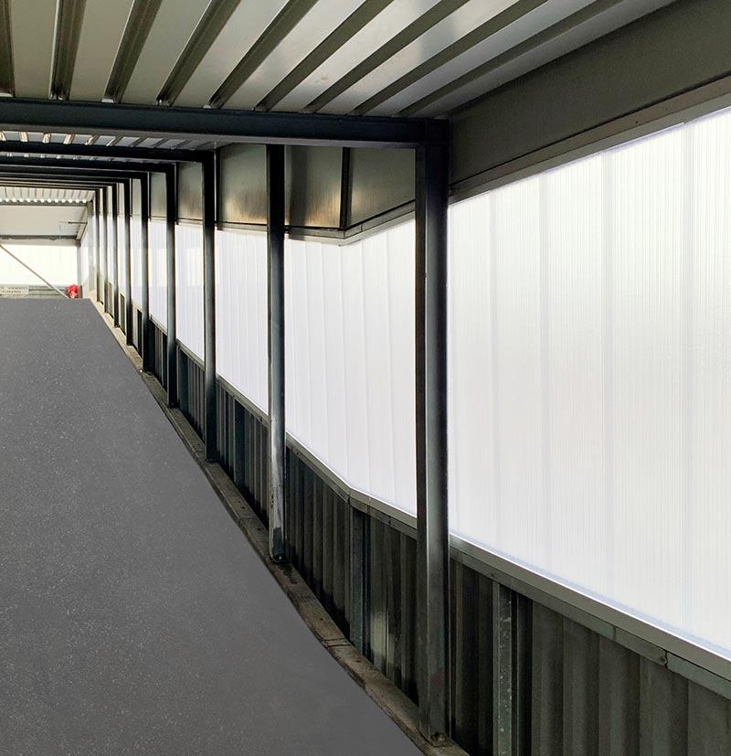 Durch die Transluzenz der Paneele fällt Tageslicht in das Innere des Gebäudes.  Foto: Neomat AG
