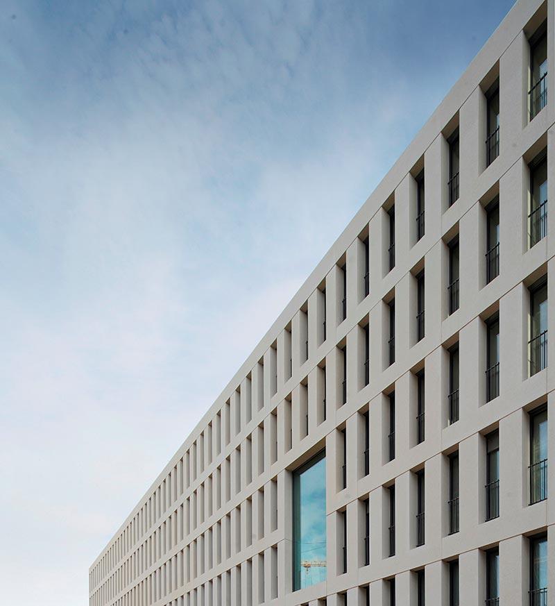 Durch die Kompaktheit der Architekturbetonfassade wird die Energieeffizienz gesteigert. Foto: Dreßler Bau