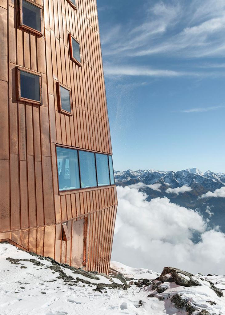 Um Wasser und Schnee problemlos ablaufen zu lassen, stehen die VELUX Fenster leicht über die Fassade hinaus. Foto: Velux / Stifter + Bachmann / Oliver Jaist