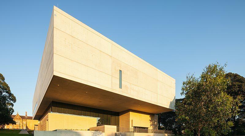 Die umgangssprachlich bezeichnete floating white concrete box liegt in direkter Nachbarschaft zum Hauptgebäude der ältesten Universität Australiens. Bildquelle: Fretwell Photography