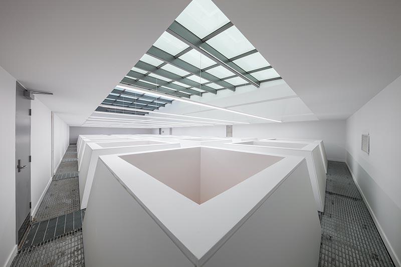 Oberhalb des großen zentralen Atriums und des Haupttreppenhauses gelangt das Tageslicht durch ein Gitter aus subtilen Keilprofilen. Bildquelle:Fretwell Photography